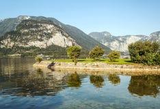 Montañas cerca de un lago fotos de archivo libres de regalías