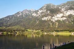 Montañas cerca de un lago imagen de archivo libre de regalías