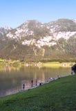 Montañas cerca de un lago imagenes de archivo