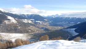 Montañas cielo y nubes de la nieve fotografía de archivo libre de regalías
