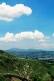 Montañas, ciudad y cielo Foto de archivo