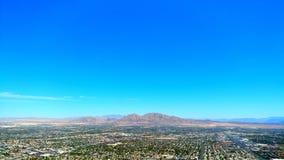 Montañas, ciudad, y desierto imagen de archivo libre de regalías