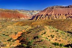 Montañas coloridas y cama de río seca Imagen de archivo