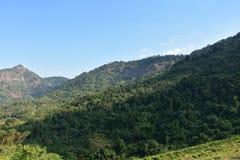 Montañas con el cielo azul Fotografía de archivo