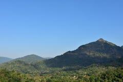 Montañas con el cielo azul Fotografía de archivo libre de regalías