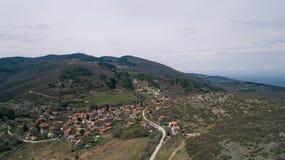 Montañas con el pequeños camino y ciudad Fotos de archivo libres de regalías