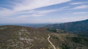 Montañas con el pequeños camino y ciudad Foto de archivo