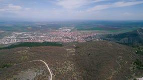Montañas con el pequeños camino y ciudad Foto de archivo libre de regalías