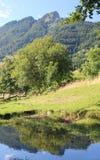 montañas con el SPITZ llamado superior de Tonezza con el reflecti imágenes de archivo libres de regalías