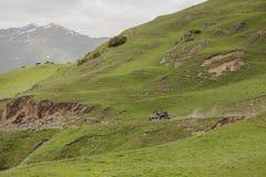 Montañas con errores que conducen en el extremo del camino foto de archivo