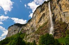 Montañas con la cascada en Suiza Foto de archivo libre de regalías