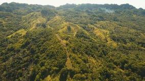 Montañas con la isla tropical de Filipinas Siargao del bosque almacen de metraje de vídeo