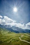 Montañas con las nubes en el cielo Foto de archivo libre de regalías