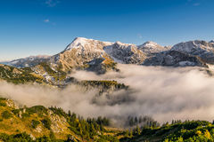 Montañas con las nubes y la nieve Foto de archivo libre de regalías