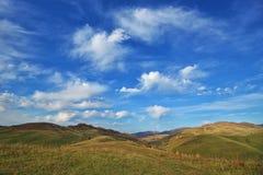 montañas con los campos foto de archivo