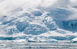 Montañas con los glaciares crevassed, las hielo-caídas y los icebergs, península antártica foto de archivo