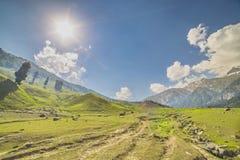 Montañas con los prados rodeados Foto de archivo