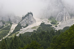 Montañas con niebla Imágenes de archivo libres de regalías