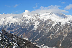 Montañas con nieve imagen de archivo