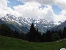 Montañas con nieve en Klein Walsertal, Austria Fotos de archivo