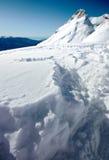Montañas con nieve y el mar Fotos de archivo libres de regalías