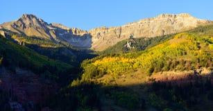 Montañas con nieve y paisaje amarillo del álamo temblón Foto de archivo libre de regalías