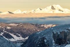 Montañas con una salida del sol rodeadas imagenes de archivo