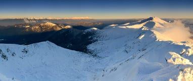 Montañas congeladas por la tarde temprana Fotos de archivo libres de regalías