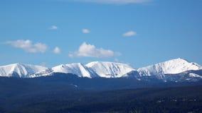 Montañas coronadas de nieve Foto de archivo