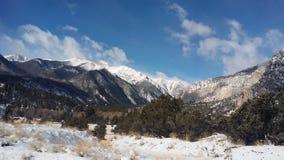 Montañas coronadas de nieve Fotos de archivo