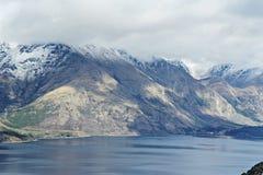 Montañas coronadas de nieve Imagenes de archivo