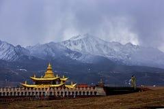 """Montañas coronadas de nieve de Yalla, llamadas el tibetano """"onda de Xia Xueya LaGa"""" Imagenes de archivo"""