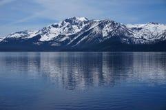 Montañas coronadas de nieve del lago Tahoe Imagen de archivo