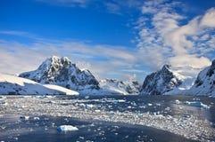 Montañas coronadas de nieve en Ant3artida Foto de archivo