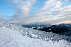 Montañas coronadas de nieve en el invierno Imagenes de archivo