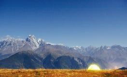 Montañas coronadas de nieve fantásticas Fotografía de archivo libre de regalías