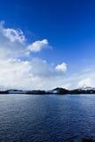 Montañas coronadas de nieve hermosas Fotografía de archivo libre de regalías