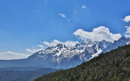 Montañas coronadas de nieve hermosas Imagen de archivo libre de regalías