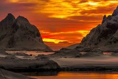 Montañas coronadas de nieve hermosas Imagen de archivo