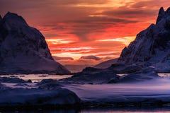 Montañas coronadas de nieve hermosas Foto de archivo libre de regalías