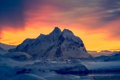 Montañas coronadas de nieve hermosas Imágenes de archivo libres de regalías
