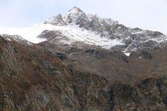 Montañas coronadas de nieve hermosas contra el cielo azul imagen de archivo