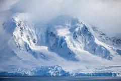 Montañas coronadas de nieve hermosas de la Antártida de los paisajes contra el cielo de la nube Fotos de archivo