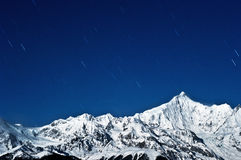 Montañas coronadas de nieve las estrellas imagen de archivo
