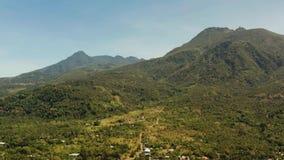 Montañas cubiertas con la selva tropical, Filipinas, Camiguin almacen de metraje de vídeo