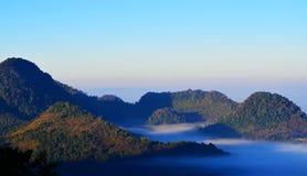 Montañas cubiertas con niebla Imagen de archivo