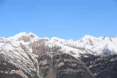 Montañas cubiertas con nieve y demasiado grandes para su edad con la picea - el principado de Andorra, los Pirineos, Europa Foto de archivo