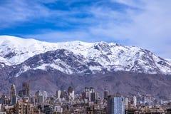 Montañas de Alborz, Albourz Teherán del norte, vista espectacular al principio de la primavera El otro lado del mar Caspio Imagenes de archivo