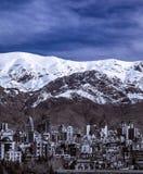 Montañas de Alborz, Albourz Teherán del norte, vista espectacular al principio de la primavera El otro lado del mar Caspio Fotos de archivo libres de regalías