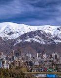 Montañas de Alborz, Albourz Teherán del norte, vista espectacular al principio de la primavera El otro lado del mar Caspio Imagen de archivo libre de regalías